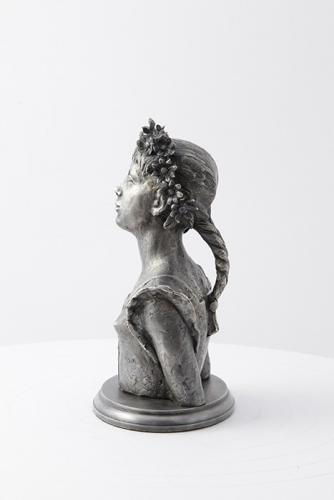"""Skulptūra """"Mergaitė su gelėm''"""