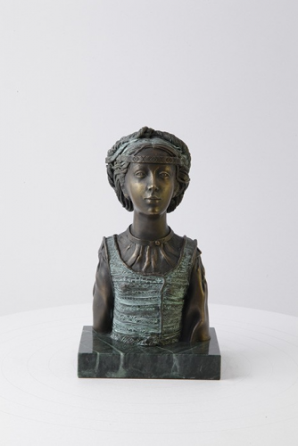"""Skulptūra """"Mergaitė su kasa''"""
