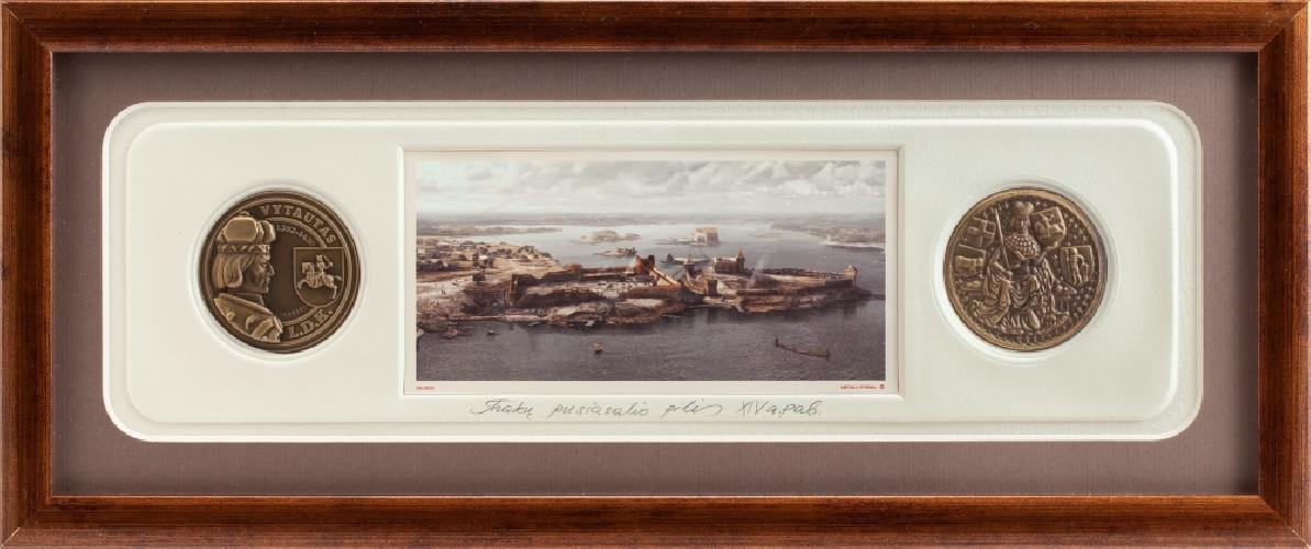 """Grafikos paveikslas """"Trakų pusiasalio pilis XIVa. pab."""" su monetomis"""
